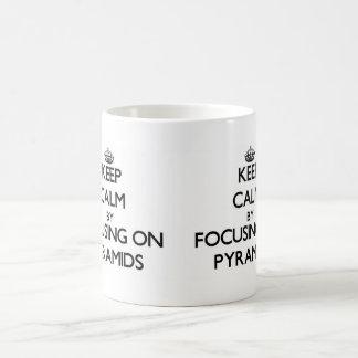 Guarde la calma centrándose en las pirámides taza