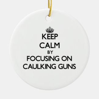 Guarde la calma centrándose en las pistolas para c adorno de navidad