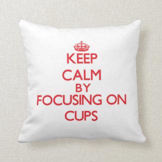 Guarde la calma centrándose en las tazas cojines