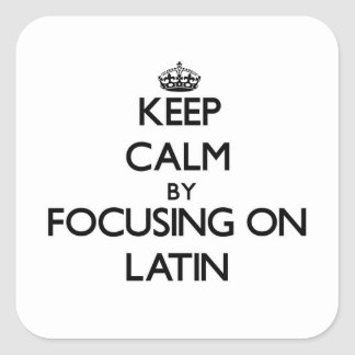 Guarde la calma centrándose en latín pegatina cuadrada