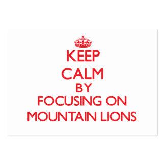 Guarde la calma centrándose en leones de montaña tarjeta de visita