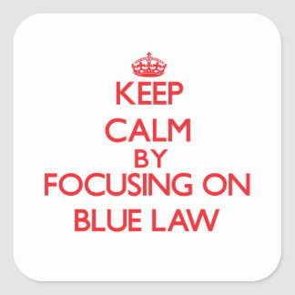 Guarde la calma centrándose en ley azul pegatina cuadrada