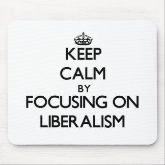 Guarde la calma centrándose en liberalismo alfombrilla de ratón