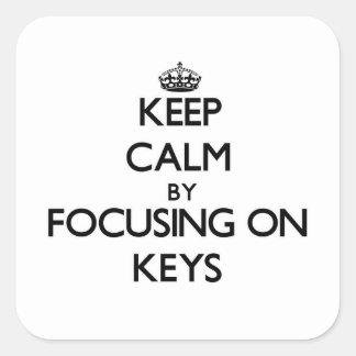 Guarde la calma centrándose en llaves pegatina cuadrada