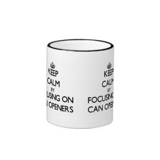 Guarde la calma centrándose en los abrelatas taza de café