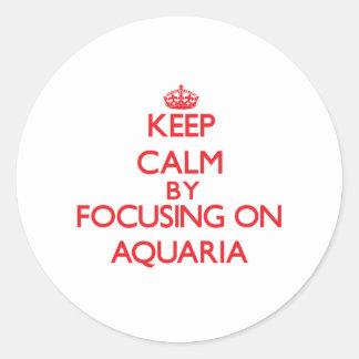 Guarde la calma centrándose en los acuarios etiquetas redondas