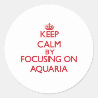 Guarde la calma centrándose en los acuarios etiqueta redonda