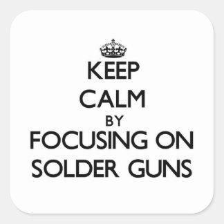 Guarde la calma centrándose en los armas de la pegatina cuadrada