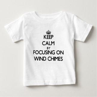 Guarde la calma centrándose en los carillones de t-shirts