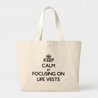 Guarde la calma centrándose en los chalecos de bolsas lienzo