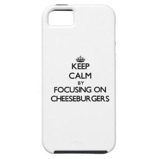 Guarde la calma centrándose en los cheeseburgers iPhone 5 carcasa