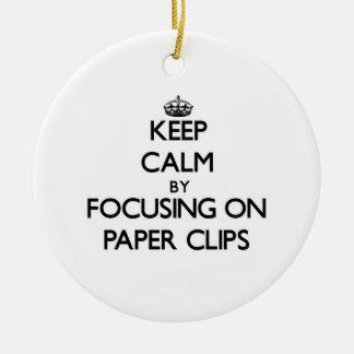 Guarde la calma centrándose en los clips de papel ornatos