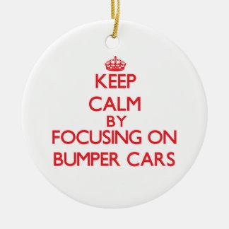 Guarde la calma centrándose en los coches de ornamento de navidad