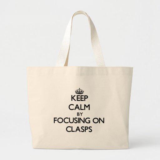 Guarde la calma centrándose en los corchetes bolsa de mano