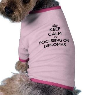 Guarde la calma centrándose en los diplomas camisetas de mascota