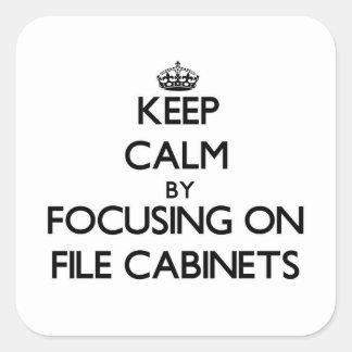 Guarde la calma centrándose en los gabinetes de pegatina cuadrada