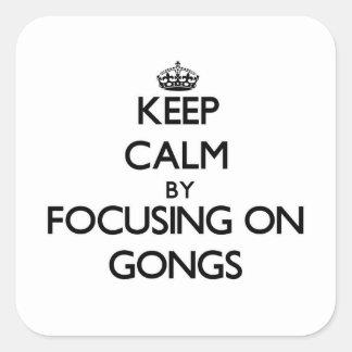 Guarde la calma centrándose en los gongos pegatinas cuadradas personalizadas