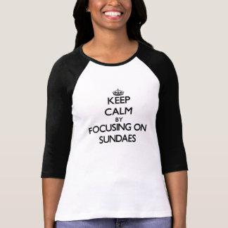 Guarde la calma centrándose en los helados camisetas