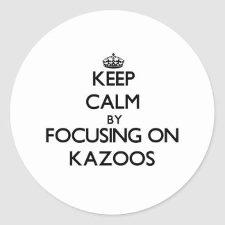 Guarde la calma centrándose en los Kazoos Pegatina Redonda