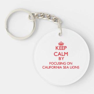 Guarde la calma centrándose en los leones marinos  llavero redondo acrílico a una cara