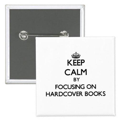 Guarde la calma centrándose en los libros de tapa  pin