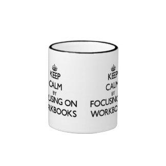 Guarde la calma centrándose en los libros de traba tazas de café