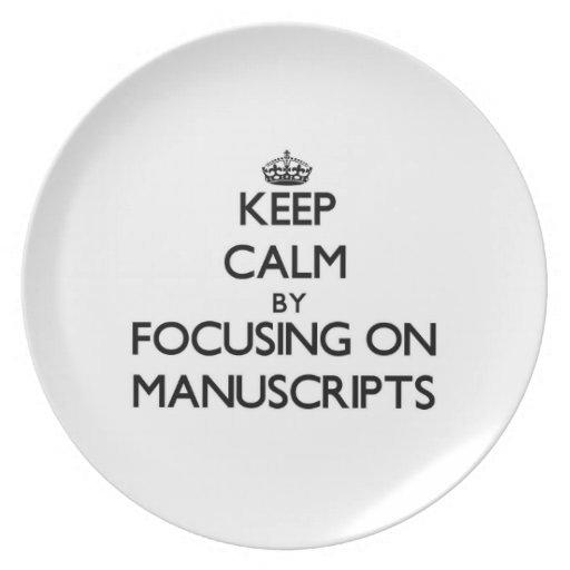 Guarde la calma centrándose en los manuscritos platos para fiestas