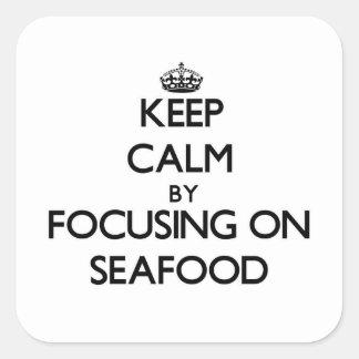 Guarde la calma centrándose en los mariscos pegatina cuadrada