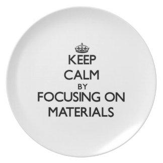 Guarde la calma centrándose en los materiales plato de comida
