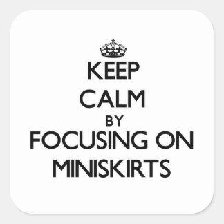 Guarde la calma centrándose en los Miniskirts Calcomanías Cuadradass Personalizadas