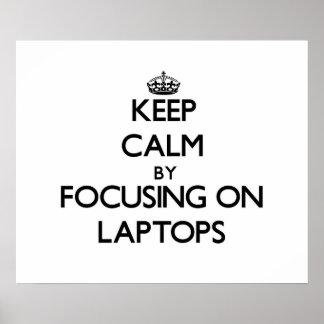 Guarde la calma centrándose en los ordenadores por posters