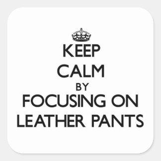 Guarde la calma centrándose en los pantalones de pegatina cuadrada