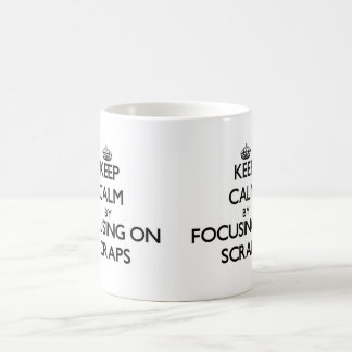 Guarde la calma centrándose en los pedazos taza básica blanca
