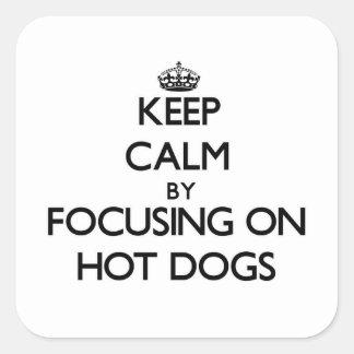 Guarde la calma centrándose en los perritos calien pegatinas cuadradas