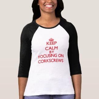 Guarde la calma centrándose en los sacacorchos camisetas