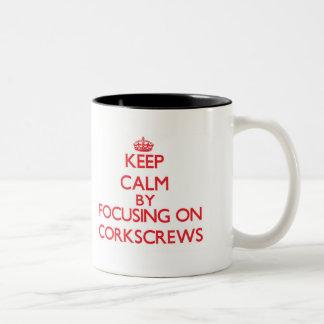 Guarde la calma centrándose en los sacacorchos tazas de café
