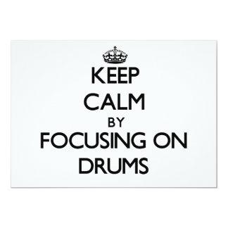 Guarde la calma centrándose en los tambores invitación