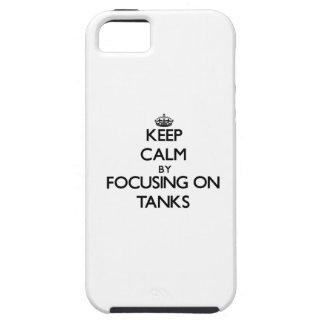 Guarde la calma centrándose en los tanques iPhone 5 protector