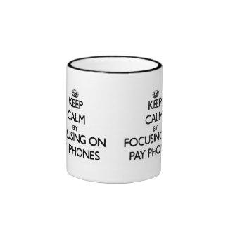 Guarde la calma centrándose en los teléfonos de pa taza de café