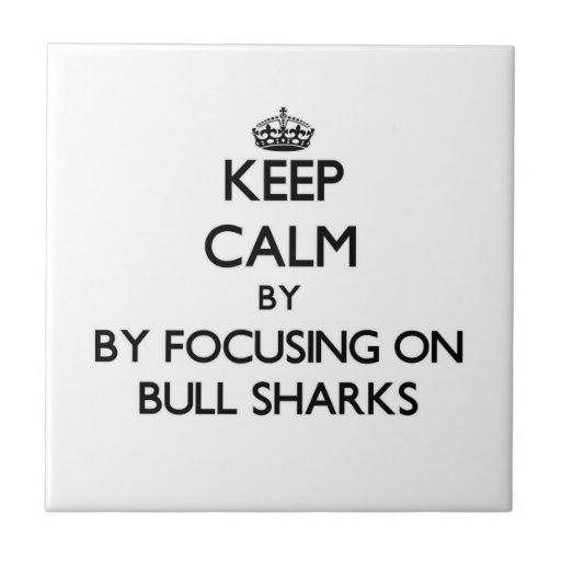 Guarde la calma centrándose en los tiburones de Bu Azulejo Cuadrado Pequeño