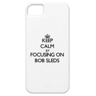 Guarde la calma centrándose en los trineos de Bob iPhone 5 Case-Mate Funda
