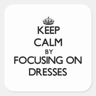 Guarde la calma centrándose en los vestidos colcomanias cuadradases