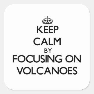 Guarde la calma centrándose en los volcanes calcomanía cuadrada personalizada