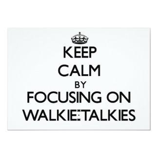 """Guarde la calma centrándose en los Walkietalkie Invitación 5"""" X 7"""""""