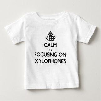 Guarde la calma centrándose en los xilófonos tee shirt