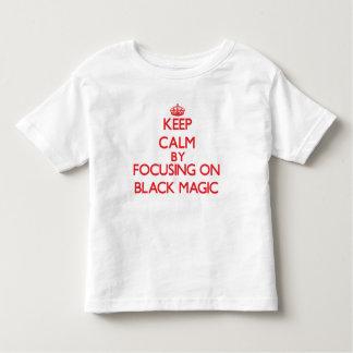 Guarde la calma centrándose en magia negra tee shirts