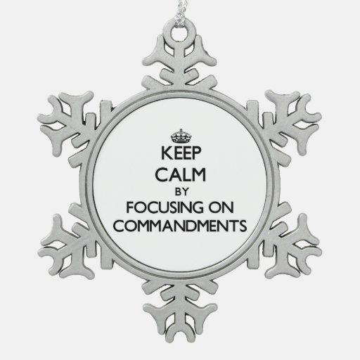 Guarde la calma centrándose en mandamientos adornos