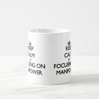 Guarde la calma centrándose en mano de obra taza básica blanca