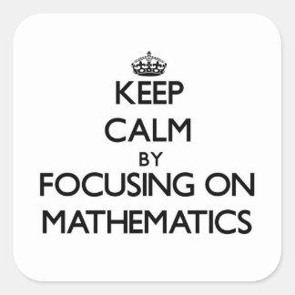 Guarde la calma centrándose en matemáticas pegatina cuadrada