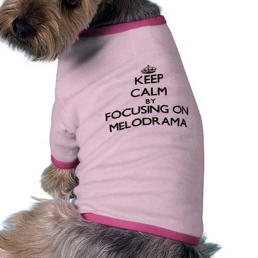 Guarde la calma centrándose en melodrama camiseta de perrito